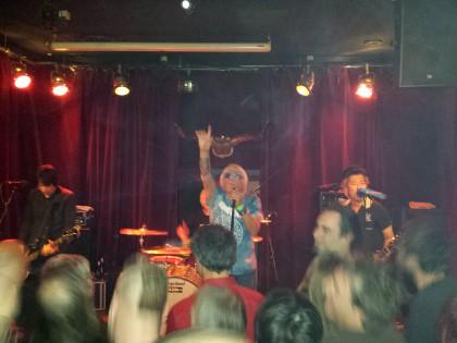 Charlie Harper weiß auch nach 40 Jahren noch wie man mit seinem Publikum feiert
